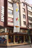 广场的福煦探险家室外商店在基多,厄瓜多尔 免版税库存照片