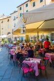 广场的del Anfiteatro餐馆在卢卡,意大利 库存图片