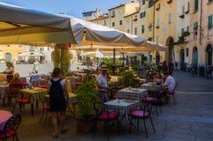 广场的del Anfiteatro餐馆在卢卡,意大利 免版税库存照片
