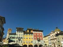 广场的del Duomo老色的房子在特伦托,意大利 免版税库存图片
