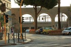 广场的Di波尔塔Maggiore常设单独女孩 意大利罗马 免版税库存照片