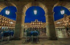 广场萨拉曼卡,西班牙市长在晚上, 免版税库存图片