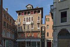 广场都市风景与古老大厦, Venezia,威尼斯,意大利的 免版税库存照片