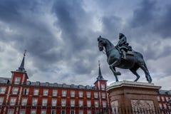 广场马德里,西班牙市长,有菲利普III雕象的 库存图片
