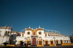 广场de塞维利亚,西班牙,与蓝天的一美好的天Toros  库存照片