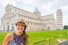 广场dei miracoli的,比萨,托斯卡纳,意大利妇女 免版税库存照片