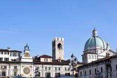 广场della凉廊地平线在有C的圆顶的布雷西亚 免版税库存图片