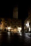 广场della池在晚上在圣吉米尼亚诺市在意大利 免版税库存图片