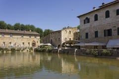 广场delle sorgenti中世纪正方形在Bagno Vignoni 免版税库存图片