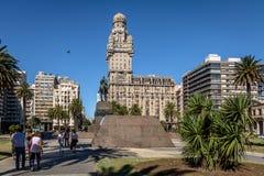 广场Independencia和帕拉西奥齐射-蒙得维的亚,乌拉圭 库存图片