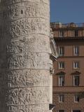 广场Venezia的trajan专栏的瞥见在罗马的 库存图片