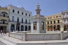 广场vieja有喷泉的哈瓦那古巴哈瓦那古巴广场 库存照片