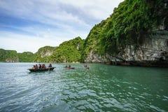 广宁省,越南- 2017年8月12日:哈隆海湾在越南,联合国科教文组织世界遗产名录站点,有旅游划艇的 免版税库存照片