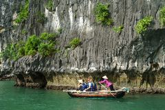 广宁省,越南- 2017年8月12日:哈隆海湾在越南,联合国科教文组织世界遗产名录站点,有旅游划艇的 免版税库存图片