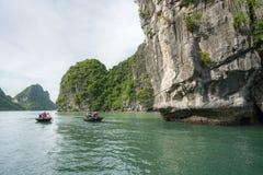 广宁省,越南- 2017年8月12日:哈隆海湾在越南,联合国科教文组织世界遗产名录站点,有旅游划艇的 图库摄影