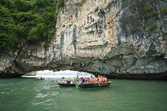 广宁省,越南- 2017年8月12日:哈隆海湾在越南,联合国科教文组织世界遗产名录站点,有旅游划艇的 库存图片