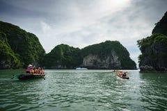 广宁省,越南- 2017年8月12日:哈隆海湾在越南,联合国科教文组织世界遗产名录站点,有旅游划艇的 免版税图库摄影