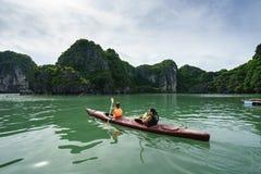 广宁省,越南- 2017年8月12日:哈隆海湾在越南,联合国科教文组织世界遗产名录站点,有旅游用浆划的皮船的 免版税库存照片