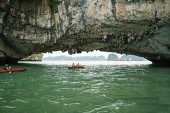 广宁省,越南- 2017年8月12日:哈隆海湾在越南,联合国科教文组织世界遗产名录站点,有旅游用浆划的皮船的 库存图片