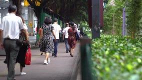 广州,中国- 2019年5月:走在路背景的边路的人背面图  ?? 汉语继续下去  股票录像