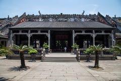 广州,中国` s著名旅游胜地,陈祖先寺庙,被输入入口对第一个庭院 免版税图库摄影