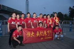 广州Evergrande胜利亚洲联赛冠军杯,爱好者从全国各地在比赛照片前 库存照片