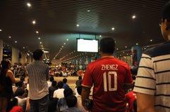 广州Evergrande胜利亚洲联赛冠军杯,结果等待比赛的体育场外扇动 免版税库存照片