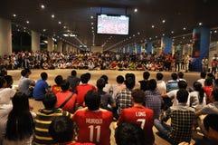 广州Evergrande胜利亚洲联赛冠军杯,结果等待比赛的体育场外扇动 库存照片