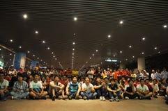 广州Evergrande胜利亚洲联赛冠军杯,结果等待比赛的体育场外扇动 图库摄影
