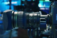 广播电视演播室照相机和起重机照相机在新闻演播室室 库存照片