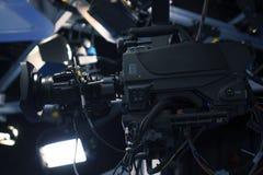 广播电视演播室照相机和起重机照相机在新闻演播室室 免版税库存照片