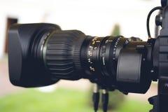 广播电视;电影射击或录影生产和影片,与照相机的电视工作人员队 免版税库存照片