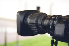 广播电视;电影射击或录影生产和影片,与照相机的电视工作人员队 库存照片
