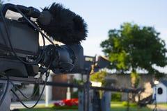 广播电视;电影射击照相机或录影生产和影片,与照相机的电视工作人员队 库存图片