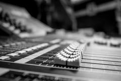 广角专业音频混合的委员会控制台 库存图片