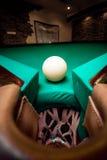 广角在台球口袋的射击白色球 免版税库存照片