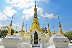 广角看法, Wat Chedi皮带星期一式Chedi的金黄塔, 免版税库存照片