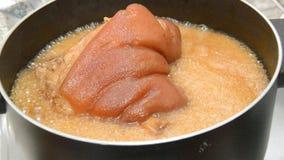 广角被炖的猪肉腿用煮沸在烹调的黑中国草本汤放大的罐关闭  股票视频
