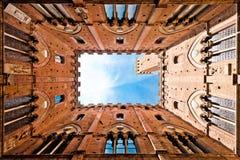 广角观点的Torre del Mangia,锡耶纳,意大利 免版税图库摄影