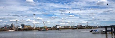 广角 横渡在泰晤士河,伦敦的电车 库存图片