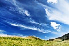庄严乡下风景 剧烈的天空和小山 免版税图库摄影