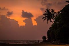 庄严云彩和橙色天空在日落在印度洋 免版税库存图片