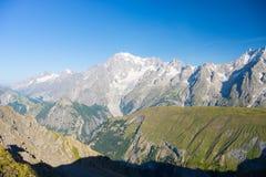 庄严勃朗峰断层块和豪华的绿色高山谷 免版税库存照片
