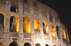 庄严古老罗马斗兽场在夜之前在罗马,意大利 免版税库存照片