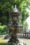 庄严古色古香的石喷泉在古老城堡庭院里  库存照片