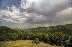 庄严多云山风景 严重的天空云彩 阿塞拜疆,大高加索山脉 ganja 免版税库存图片