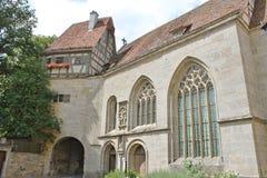 庄严彩色玻璃和石头教堂 免版税库存照片