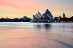 庄严悉尼歌剧院在一个壮观的日出早晨 库存照片