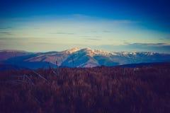 庄严早晨山风景 严重的阴暗天空 图库摄影