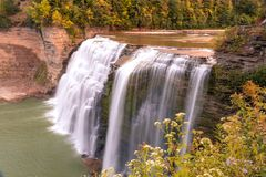庄严有排列的瀑布在早期的秋天 免版税库存图片